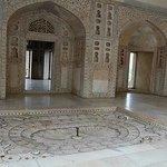 美しく装飾された白い部屋