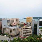 вид на отель и город со смотровой площадки