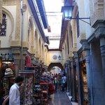 Une des rues commerçantes autour de l'hôtel.