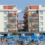 Blick vom Meer zum Hotel