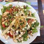 Salade du bouchon, poulet (trop peu), crudité et roquefort ! Quantité énorme !