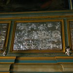Серебряные пластины, украшающие интерьер