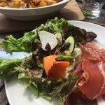 La tartiflette avec salade et charcuterie