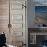 Côté armoire et bureau