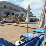 L'hôtel vue de l'espace piscine
