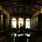 Biblioteca, de siglo 15 repleta de joyas mayormente como en la epoca religiosas