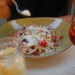 Spaghetti Tomates Olives Basilic et parmesan