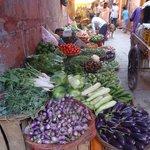 marché aux légumes dans la rue qui mène au guest house