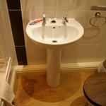 """lavabo senza miscelatore e rubinetti """"a tempo"""" a pressione"""
