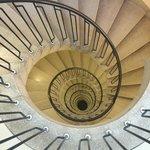 1층에서 꼭대기까지 이어진 계단