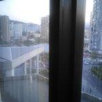 Limpieza de las ventanas (no habia llovido) y vista del hotel reclamo