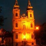Церковь в ночном освещении