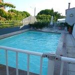 piscine avec terrasse et transats