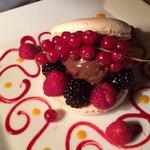 Macaron fruits rouge et boule de glace chocolat