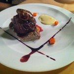 Solomillo con foie, salsa de trufa negra y boletus, puré de patata y frambuesa