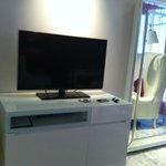 meuble TV face au lit chambre 709