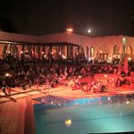 autour de la piscine le soir