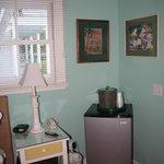 Angolo della camera con frigo