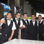 Une équipe de service au bar du soir au top.