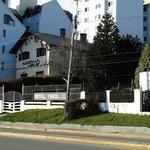 Foto do hotel, tirada no lado do lago Nahuel Huapi