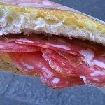 Panino con salame toscano, scamorza e crema di pomodori secchi