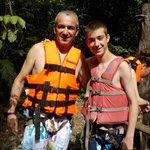 Es obligatorio para bajar al cenote el chaleco salvavidas y el arnes.