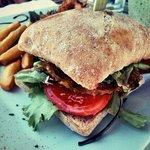 Burger végétarien et frites de panisse