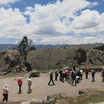 大きな岩を削って造られた遺跡