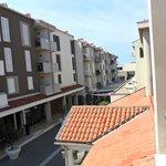 Vista dal mio balcone. Sotto il viale con i negozi