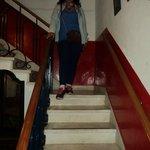 Escalera que te comunica al barcito del hostel