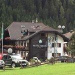 L'hotel Medil visto dalla strada principale