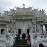 Ват Ронг Кхун - на территории храма