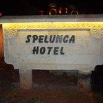 Placa com o nome do hotel