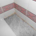 la salle de bain d'une chambre rénovée