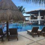 pain pool area/ swim up bar