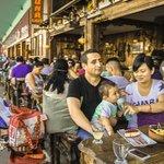 Посетители многочисленных ресторанов и кафе.
