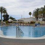 Una piscina de agua cristalina y profunda