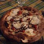 Pizza con : pomodoro , bufala , salsiccia fresca , funghi e tartufo