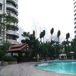 Piscina con le Petronas sullo sfondo