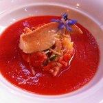 Pinza con legumbres y gazpacho de tomate.