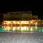 Vista piscina/bar by night