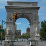 Arco del triunfo con la Freedom Tower en el fondo