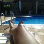 Bate sol na piscina o dia todo, a área é ótima