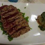 tagliata di tonno con tortino di riso al pesto di rucola
