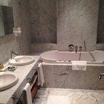 Grande salle de bain (il y a aussi une douche à l'italienne ainsi que les toilettes sur la droit