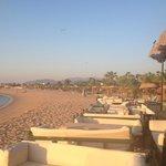 вся территория пляжа отеля