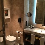 Sicht ins Badezimmer (Executive King Bed Room)