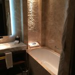 Sicht auf die Badewanne (Executive King Bed Room)