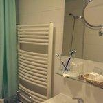 Зеркало в ванной основное и дополнительное двусторонее + фен + корзиночка с мылом, шампунями, ша