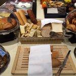 Per la colazione viene offerta anche la loro focaccia, oltre a più tipi di pane, cornetti, torte